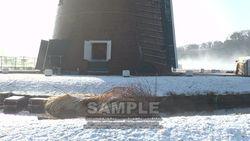 雪の日のふるさと広場の風車と堀-5